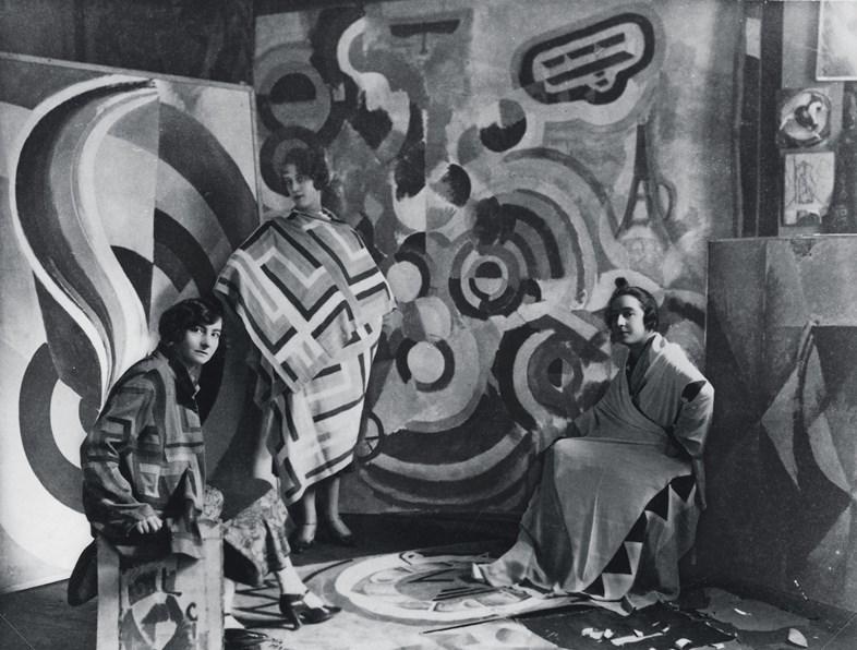 Sonia Delaunay y dos amigas en el estudio de Robert