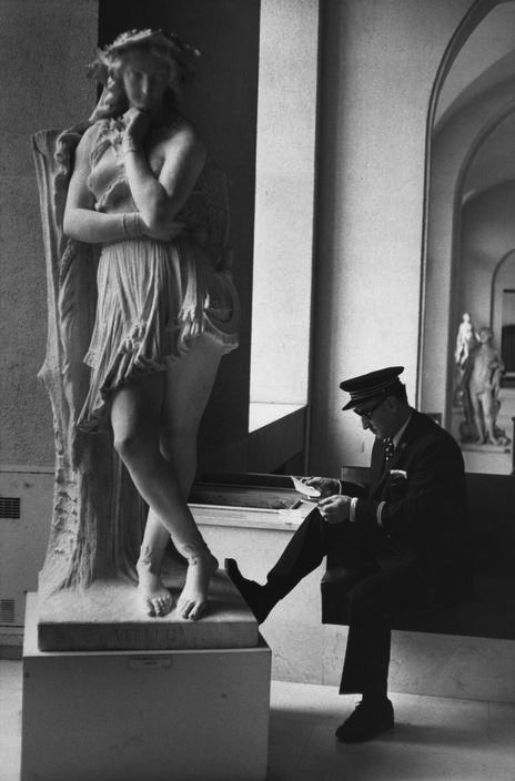 louvre-paris-1975-by-henri-cartier-bresson