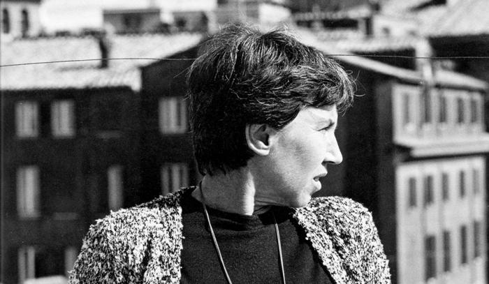 Natalia Ginzburg, en su casa de Roma, en el año 1960